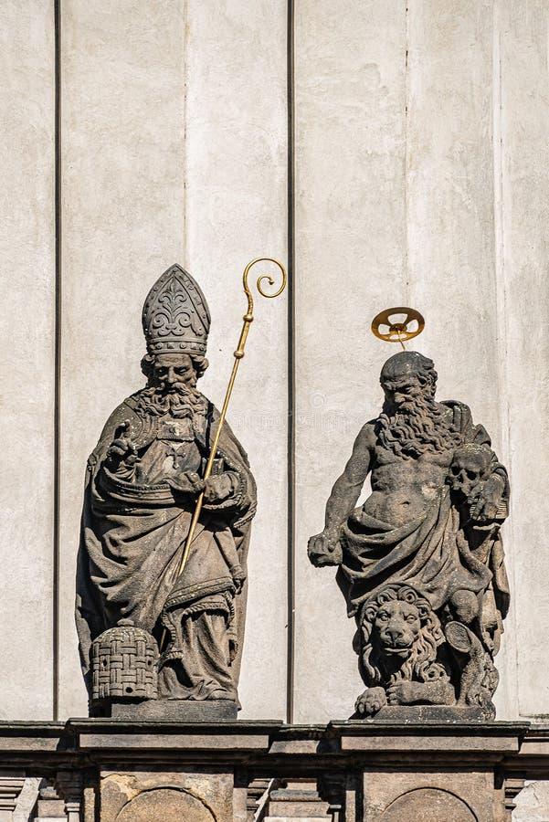 Estatuas decorativas de la fachada de sacerdotes y de obispos en la iglesia de Salvator del santo cerca de Charles Bridge en Prag imagen de archivo