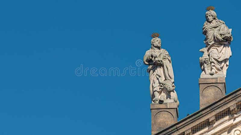 Estatuas decorativas de la fachada de sacerdotes y de obispos en la iglesia de Salvator del santo cerca de Charles Bridge en Prag foto de archivo