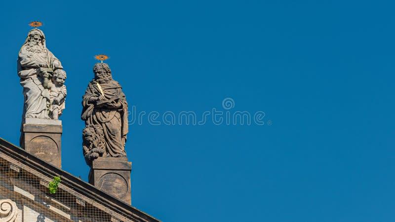 Estatuas decorativas de la fachada de sacerdotes y de obispos en la iglesia de Salvator del santo cerca de Charles Bridge en Prag imágenes de archivo libres de regalías