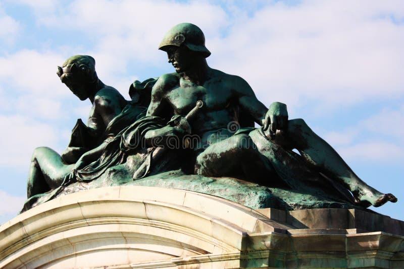 Estatuas del Buckingham Palace imágenes de archivo libres de regalías