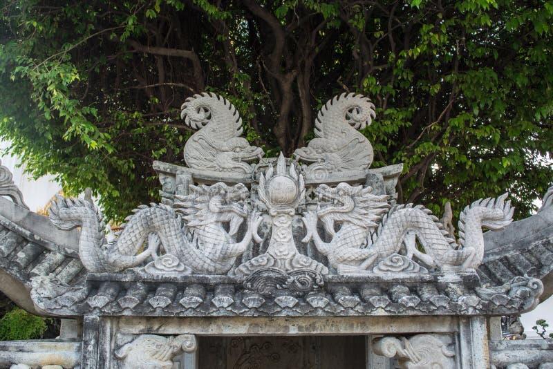 Estatuas del dragón en Wat Pho en Bangkok imagenes de archivo