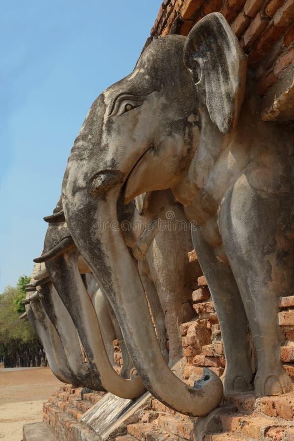 Estatuas del elefante de Wat Sorasak, parque histórico de Sukhothai, Tailandia fotografía de archivo