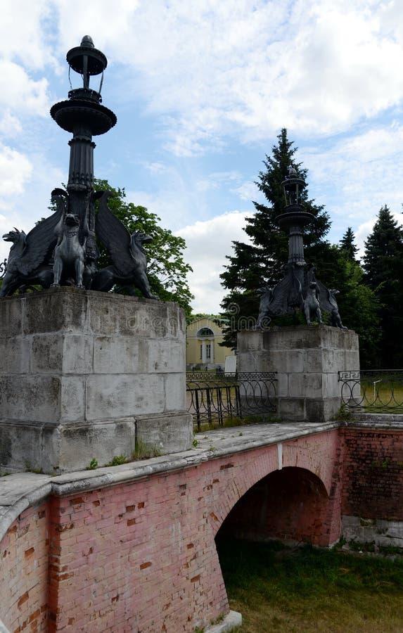 Estatuas del estado de los grifos del vlakhernskoye-Kuzminki Parque natural e histórico 'Kuzminki-Lublin ' fotos de archivo