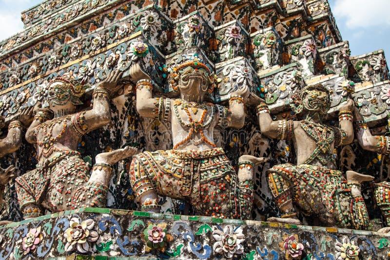 Estatuas del guarda del demonio en el templo de Wat Arun en Bangkok foto de archivo
