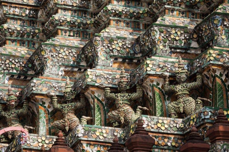 Estatuas del guarda del demonio que adornan el templo budista Wat Arun i foto de archivo