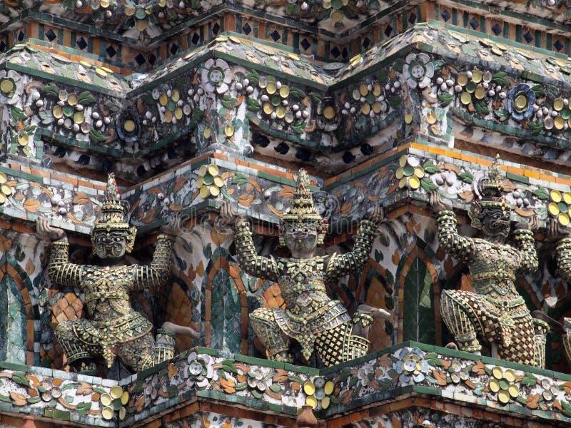 Estatuas del guarda del demonio que adornan el templo budista foto de archivo libre de regalías