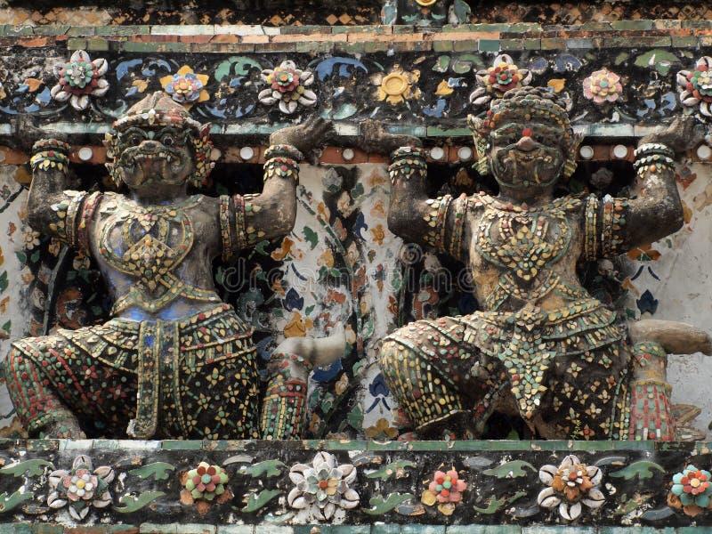 Estatuas del guarda del demonio que adornan el templo budista imagen de archivo