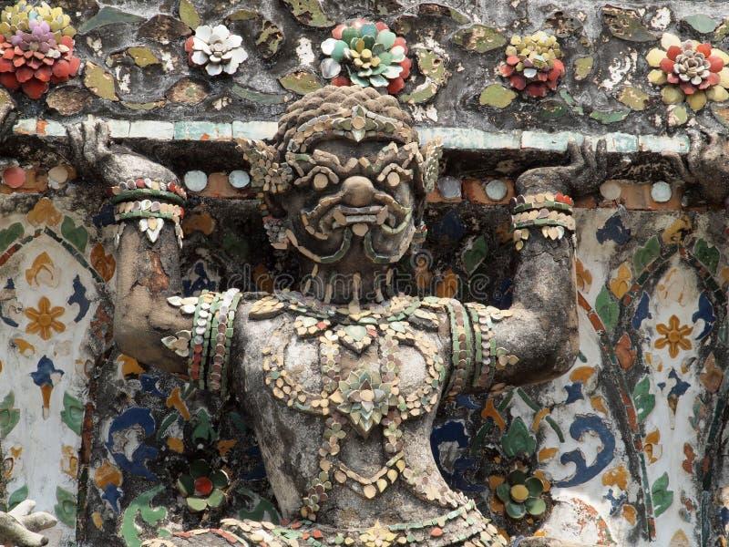 Estatuas del guarda del demonio que adornan el templo budista foto de archivo