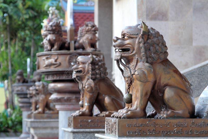 Estatuas del león del hierro foto de archivo