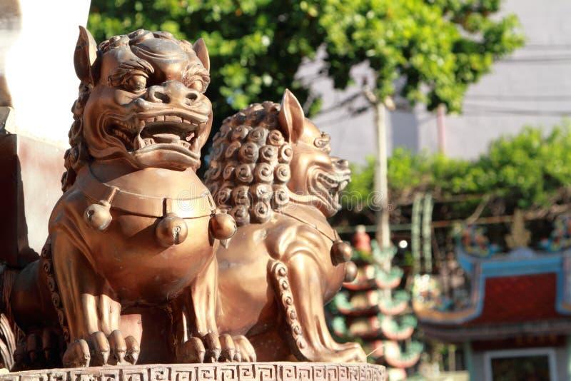 Estatuas del león del hierro en templo chino fotos de archivo