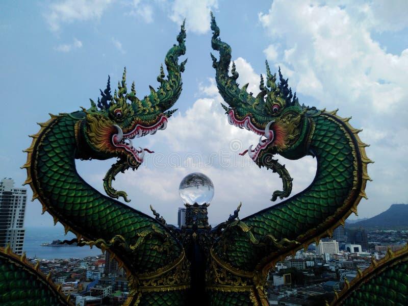 Estatuas del Naga y bolas de cristal hermosas imagen de archivo