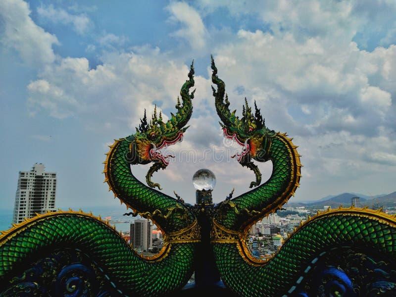 Estatuas del Naga y bolas de cristal hermosas imagen de archivo libre de regalías