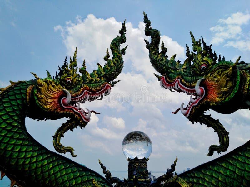 Estatuas del Naga y bolas de cristal hermosas fotografía de archivo