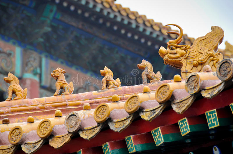 Estatuas del tejado de la ciudad Prohibida fotografía de archivo