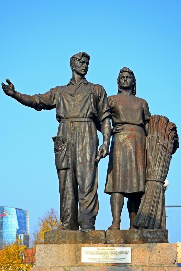 Estatuas del trabajador y de la mujer de la granja en el puente verde fotos de archivo libres de regalías