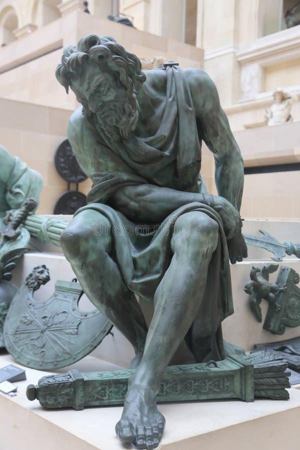 Estatuas del viejo hombre en el Louvre París foto de archivo