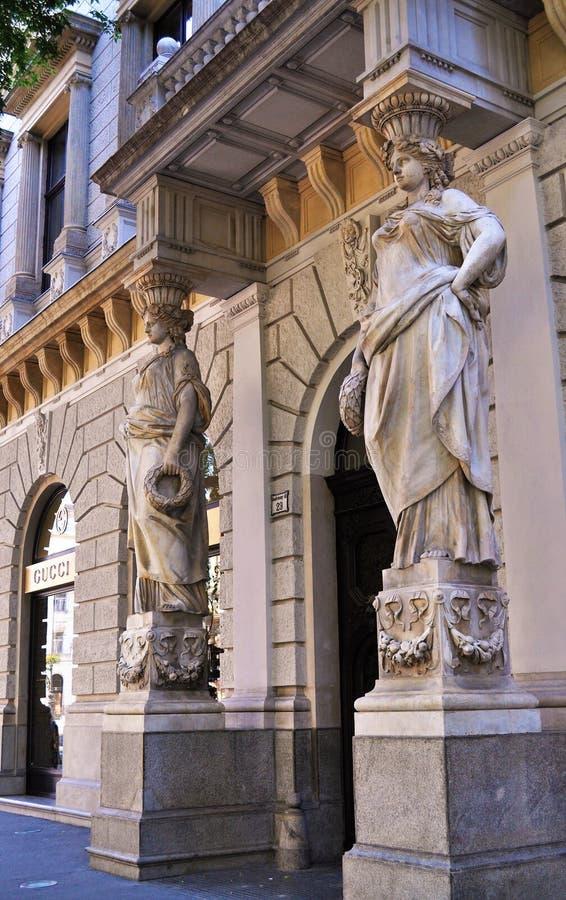 Estatuas en el ataque frontal principal de un edificio en la ciudad de Budapest fotografía de archivo libre de regalías