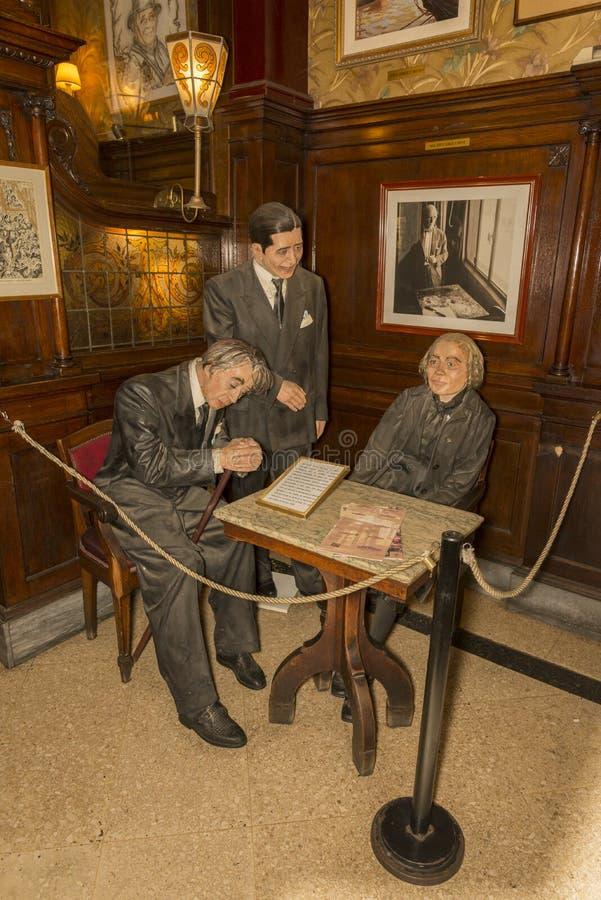 Estatuas en el café Tortoni imagen de archivo libre de regalías
