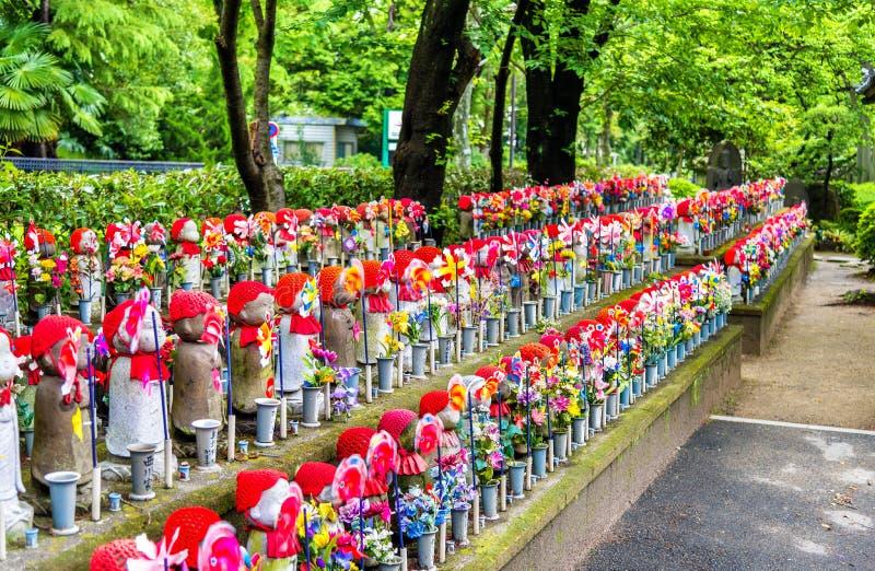 Estatuas en el cementerio, templo de Zojo-ji, Tokio de Jizo fotos de archivo