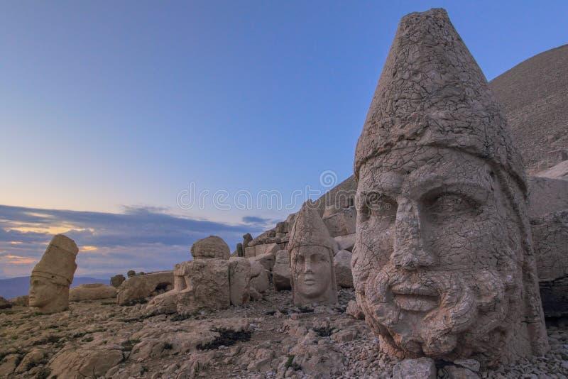 Estatuas en el Monte Nemrut, la puesta del sol más hermosa del mundo fotos de archivo