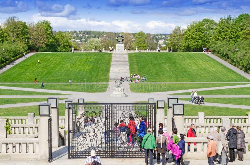 Estatuas en el parque de Vigeland en la puerta de Oslo foto de archivo
