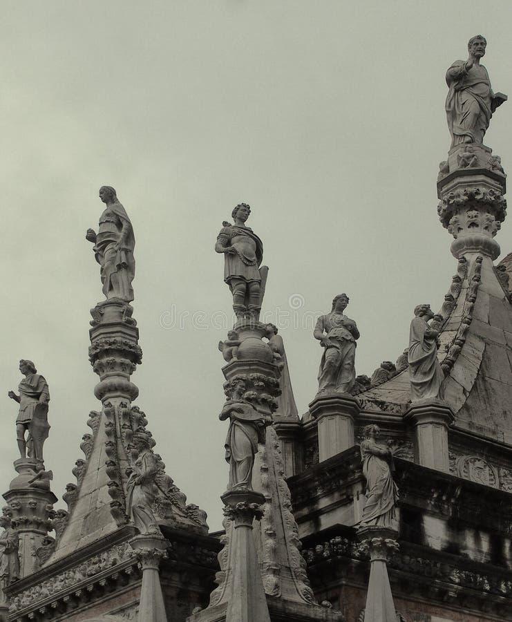 Estatuas en el tejado del palacio del dux en Venecia fotografía de archivo libre de regalías