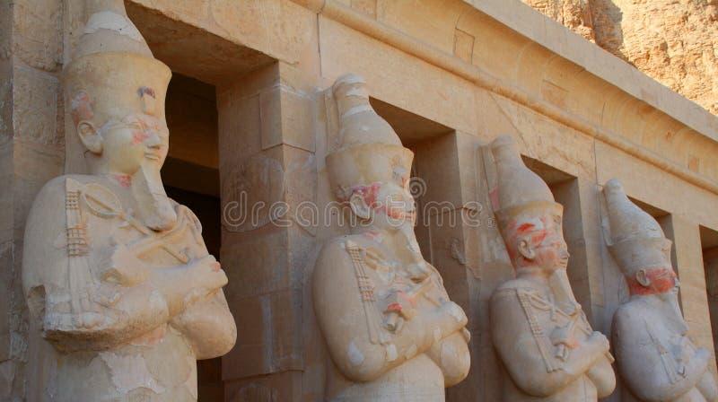 Estatuas en el templo de Hatshepsut cerca de Luxor en Egipto fotografía de archivo