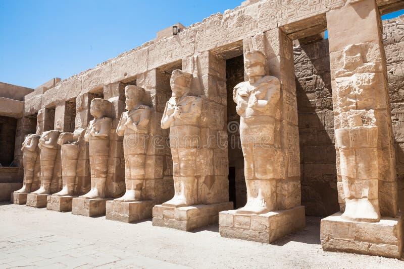Estatuas en el templo de Karnak foto de archivo