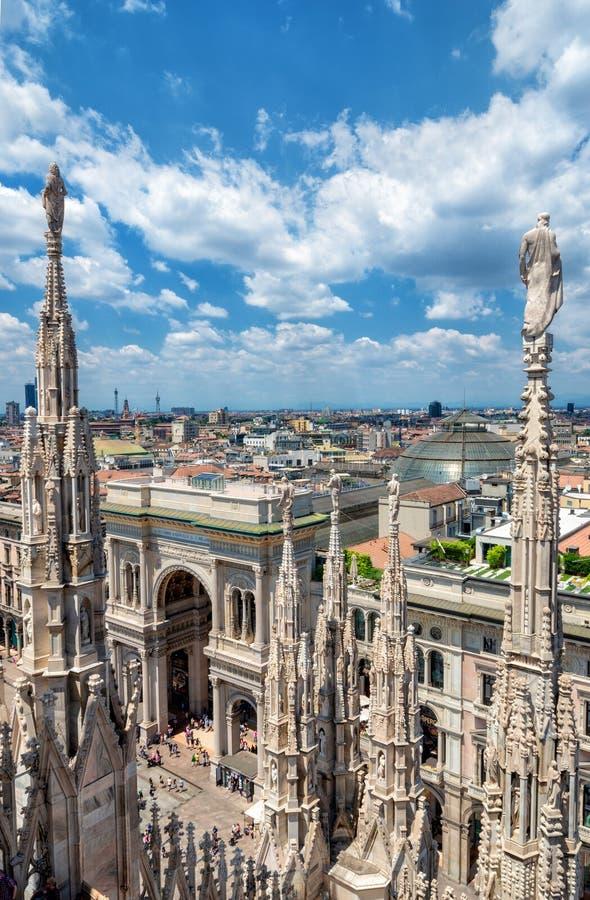 Estatuas exteriores de la decoración de Milan Cathedral Duomo di Milano, Italia imágenes de archivo libres de regalías
