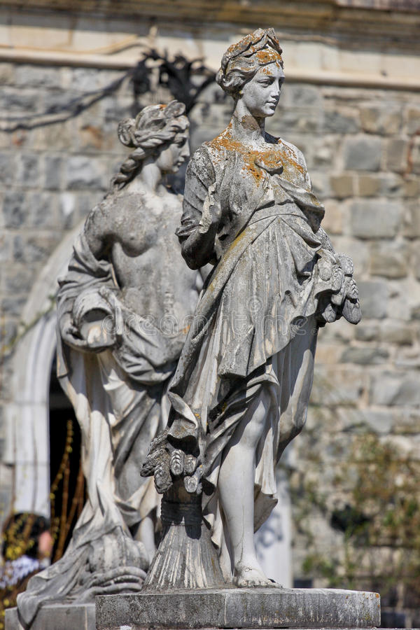 Estatuas femeninas en el castillo de Peles, Rumania fotos de archivo libres de regalías
