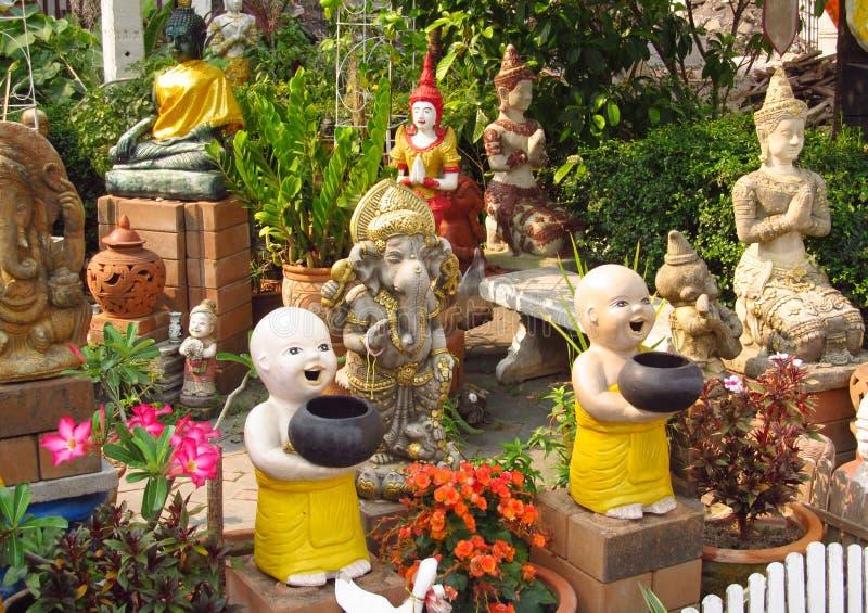 Estatuas hermosas en jardín asiático de la pagoda imagen de archivo