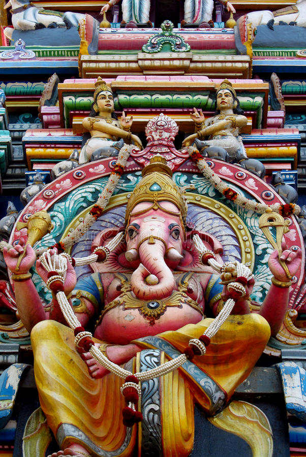 Estatuas hindúes coloridas en las paredes del templo imagen de archivo