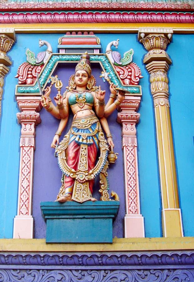 Estatuas hindúes coloridas en las paredes del templo foto de archivo