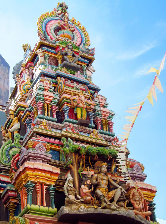 Estatuas hindúes de dioses en un gopuram del templo imágenes de archivo libres de regalías