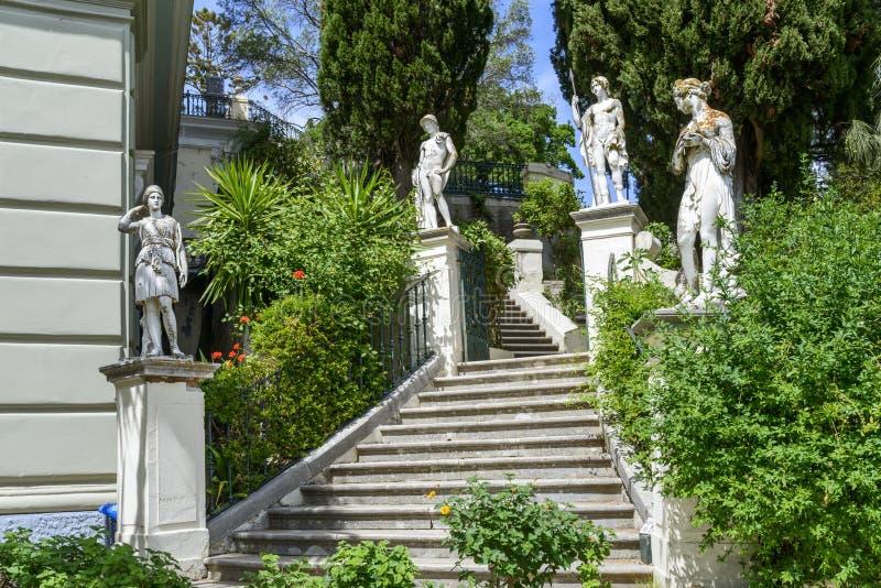 Estatuas inspiradas clásicas en las escaleras al palacio de Achilleion en Gastouri, isla de Corfú en Grecia foto de archivo