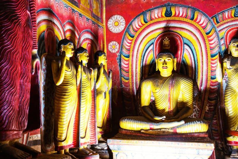 Estatuas múltiples de Buda dentro del templo de oro de la cueva en Dambulla, Sri Lanka fotografía de archivo libre de regalías