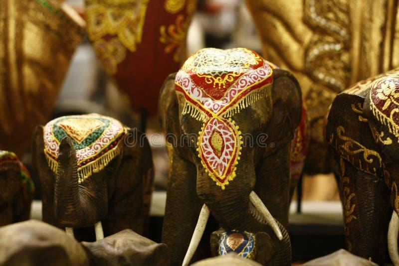 Estatuas pintadas del elefante en una tienda antigua foto de archivo libre de regalías