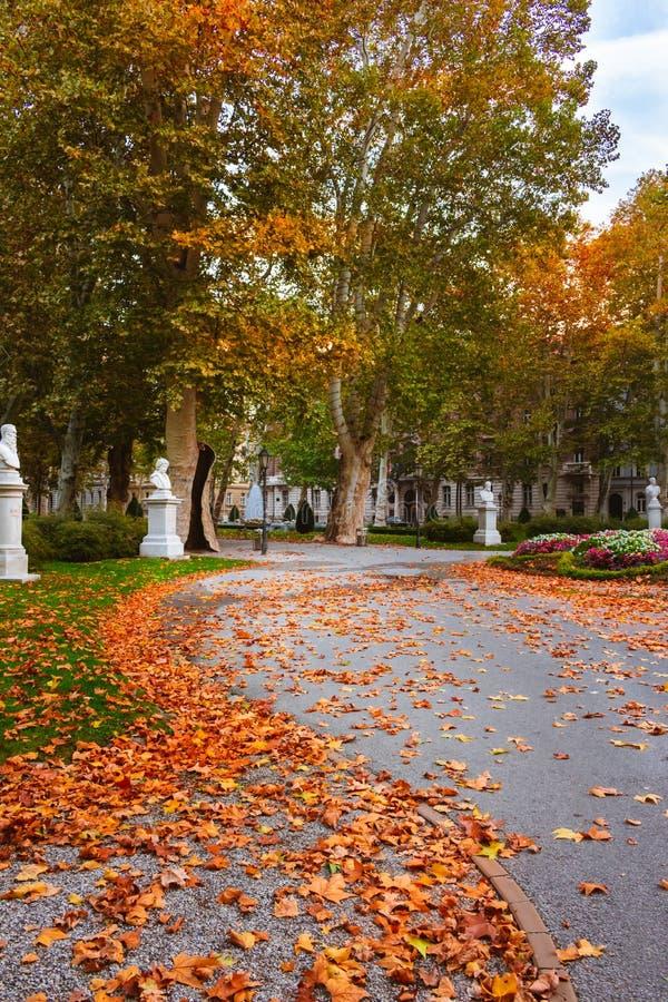 Estatuas por el sendero en el parque urbano de Zrinjevac en Zagreb, Croacia, en otoño imágenes de archivo libres de regalías