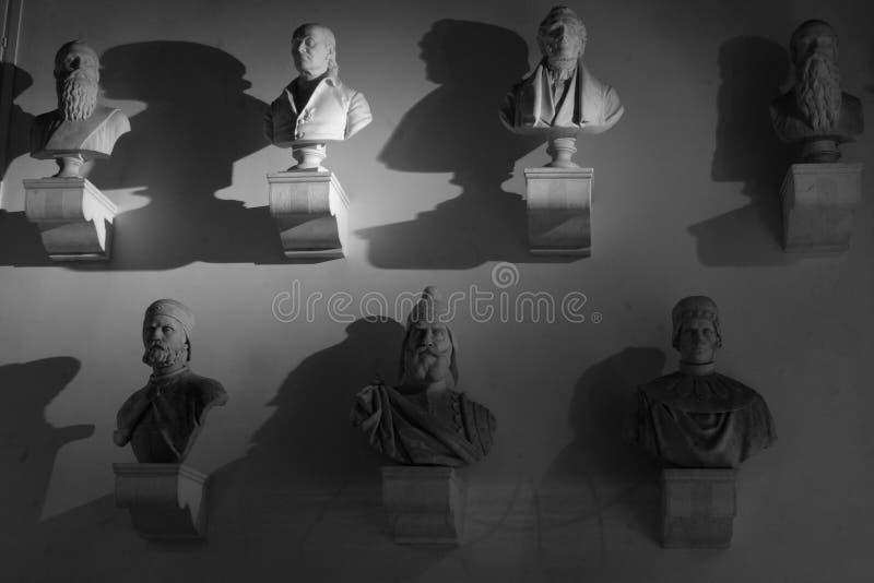 Estatuas principales y del hombro de hombres en una pared foto de archivo libre de regalías