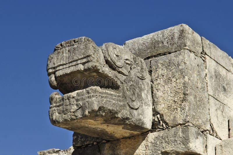 Estatuas que representan el jefe del dragón maya que dio a luz al mundo imagenes de archivo