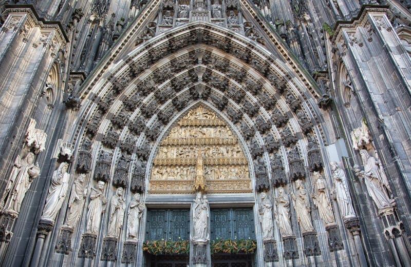 Estatuas que rodean la entrada del oeste de la cátedra de Colonia foto de archivo