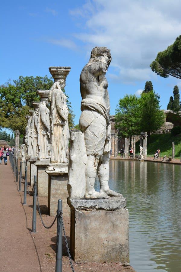 Estatuas romanas antiguas en el borde de una charca en Tivoli, Italia imagen de archivo libre de regalías