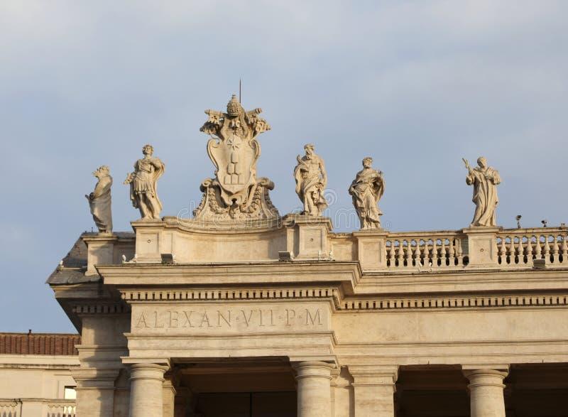 estatuas sobre la columnata de Bernini en el santo Peters Square en th imagen de archivo libre de regalías