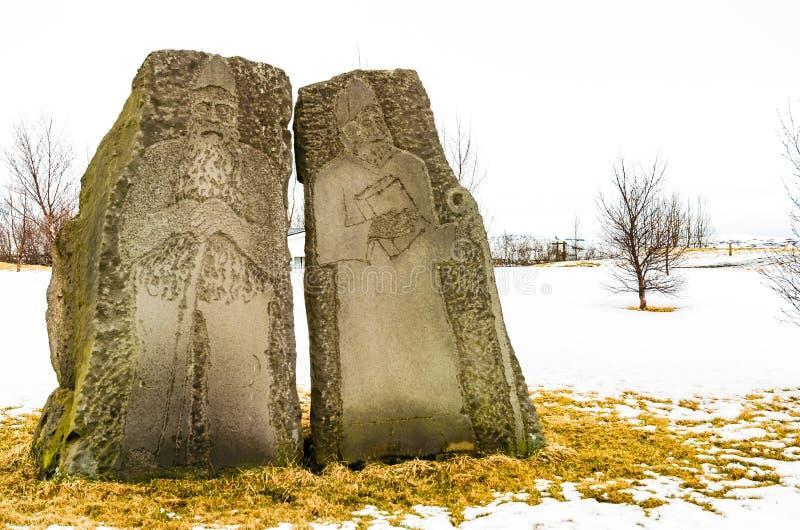 Estatuas talladas de los sacerdotes de vikingo cerca de la catedral de Skalholt, Islandia foto de archivo