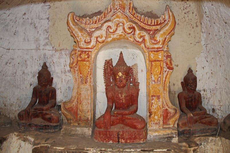 Estatuas viejas de Buda en las cuevas de Taung del triunfo de Pho, ciudad de Monywa, estado de Sagaing, Myanmar, Asia imagen de archivo libre de regalías