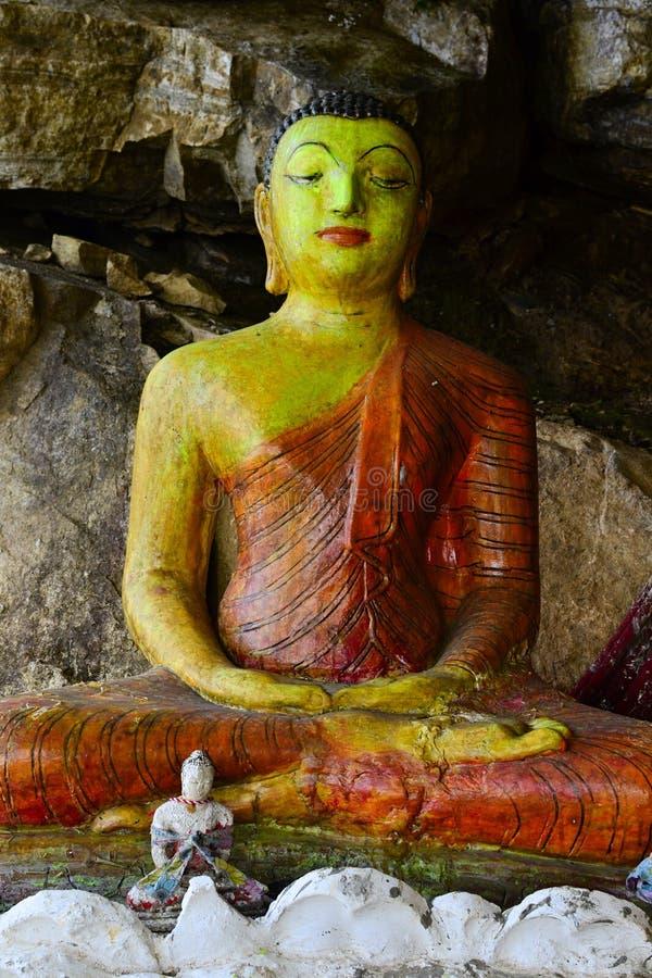 Estatuas viejas grandes y pequeñas de Buda en el templo de la cueva foto de archivo libre de regalías