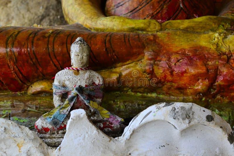 Estatuas viejas grandes y pequeñas de Buda en el templo de la cueva fotos de archivo