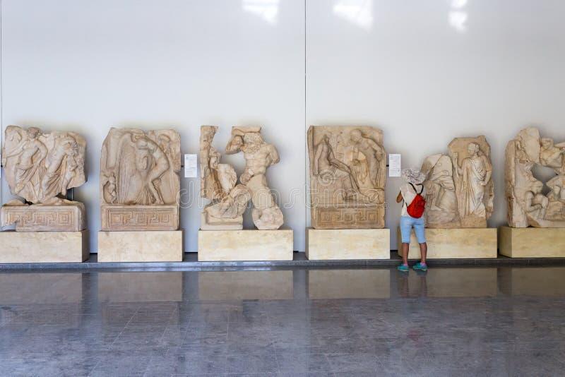 ¿Estatuas y alivios en el museo de los Aphrodisias, Ayd? n, región egea, Turquía - 9 de julio de 2016 fotos de archivo