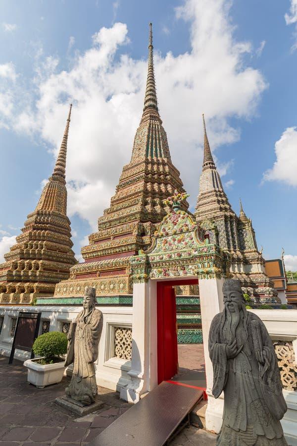 Estatuas y chedis en el templo de Wat Pho en Bangkok imagen de archivo