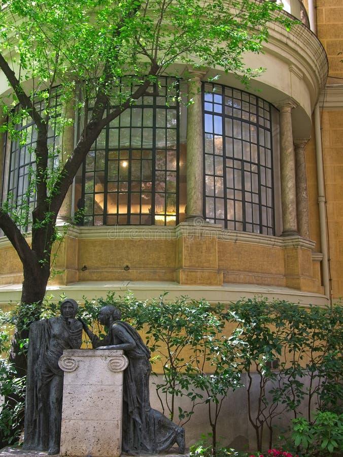 Estatuas y el exterior de la sala de estar en arquitectura de la Rotonda con las ventanas de cristal hermosas y las columnas de p fotos de archivo
